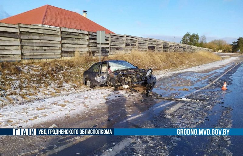 После ДТП в Лидском районе два автомобиля оказались в кювете