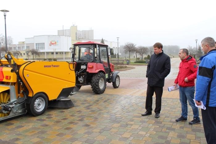 Лидское ЖКХ проводит апробацию новой техники – компактной подметально-уборочной машины