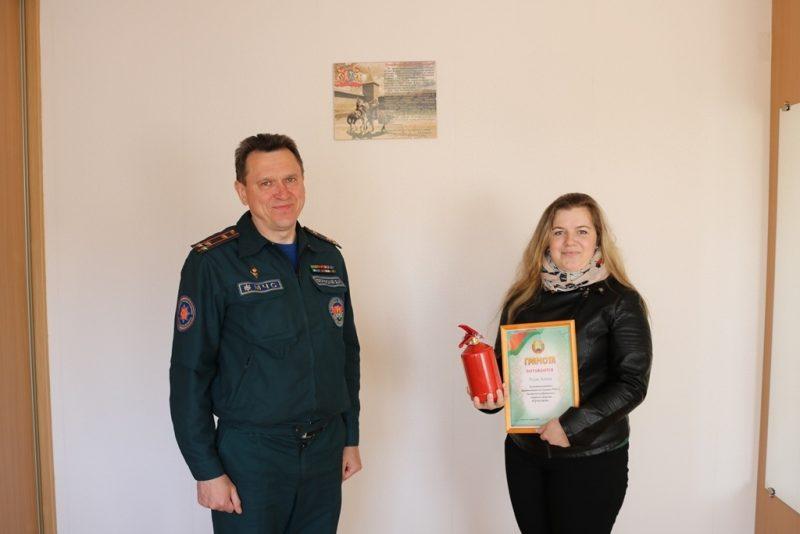Начальник Лидского РОЧС вручил подарок победительнице радиовикторины
