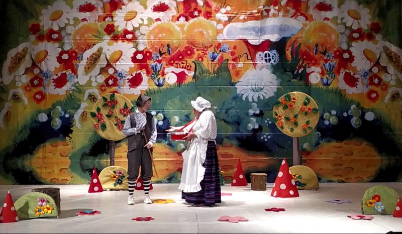 Образцовый театр «Кокос» представил спектакль «Неправильная сказка про Красную Шапочку»