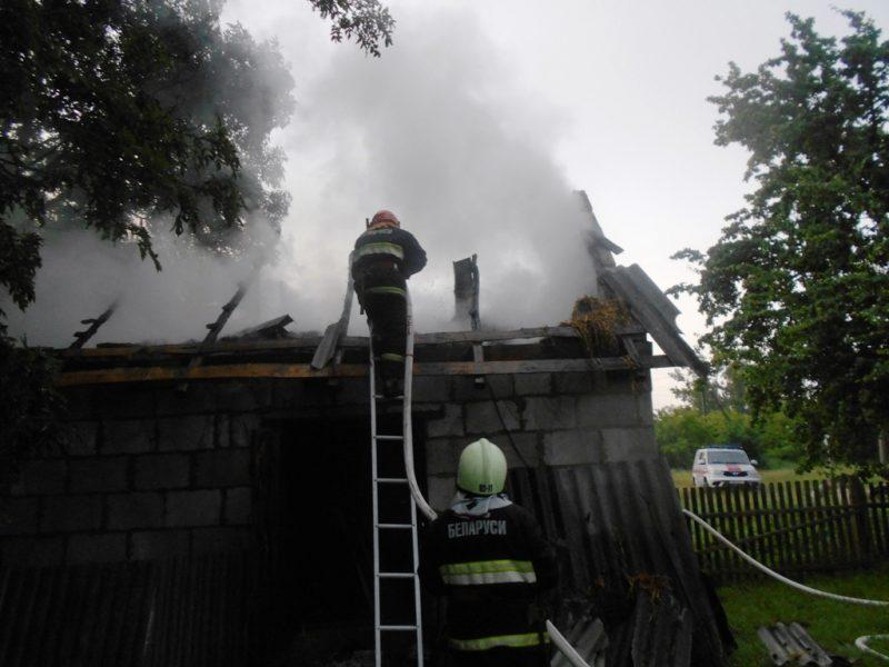 В Лидском районе накануне вечером горела кирпичная хозяйственная постройка