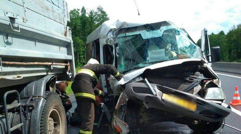 На 81-м км автодороги М6 пассажирский микроавтобус Mercedes столкнулся с попутным грузовиком МАЗ