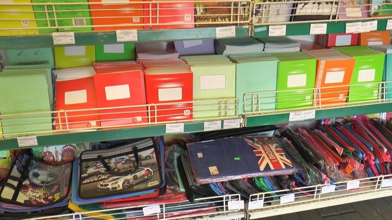 В Лиде начал работу школьный базар у магазина «Дом торговли»