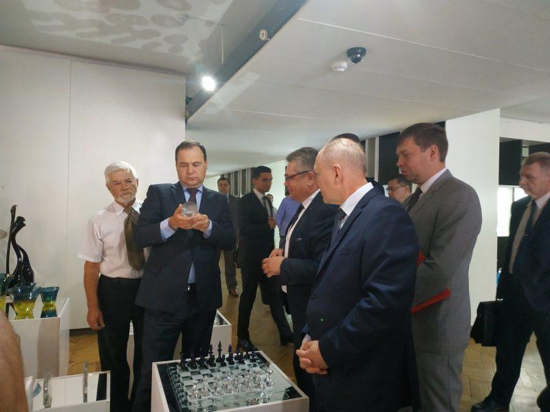 Премьер-министр Беларуси Роман Головченко посетил с рабочим визитом Стеклозавод «Неман» в Березовке