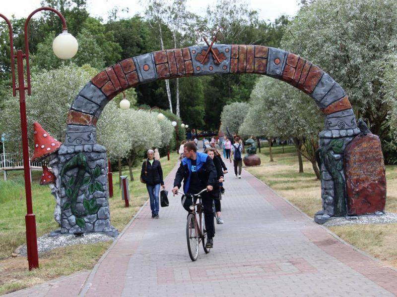 В Лидском городском парке открылась галерея скульптур «Сказочная карусель»