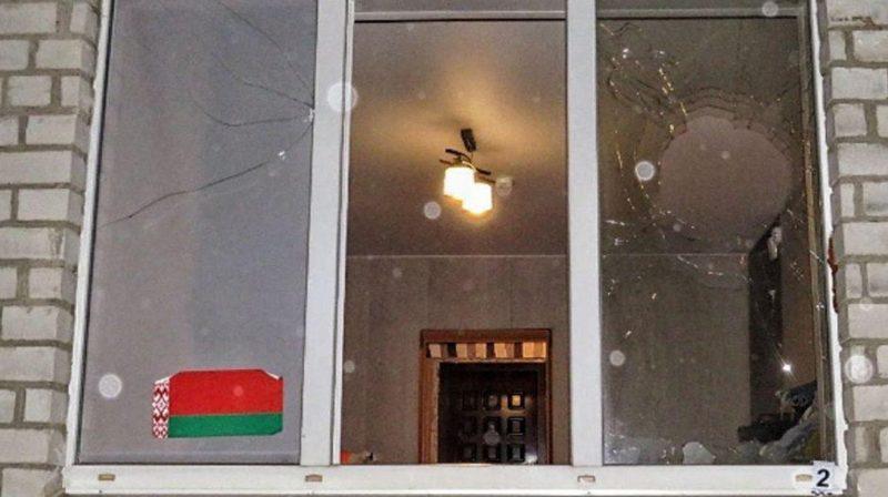 В Лиде неизвестные разбили окно квартиры камнями