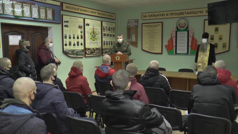 В Беларуси идут отправки призывников в армию