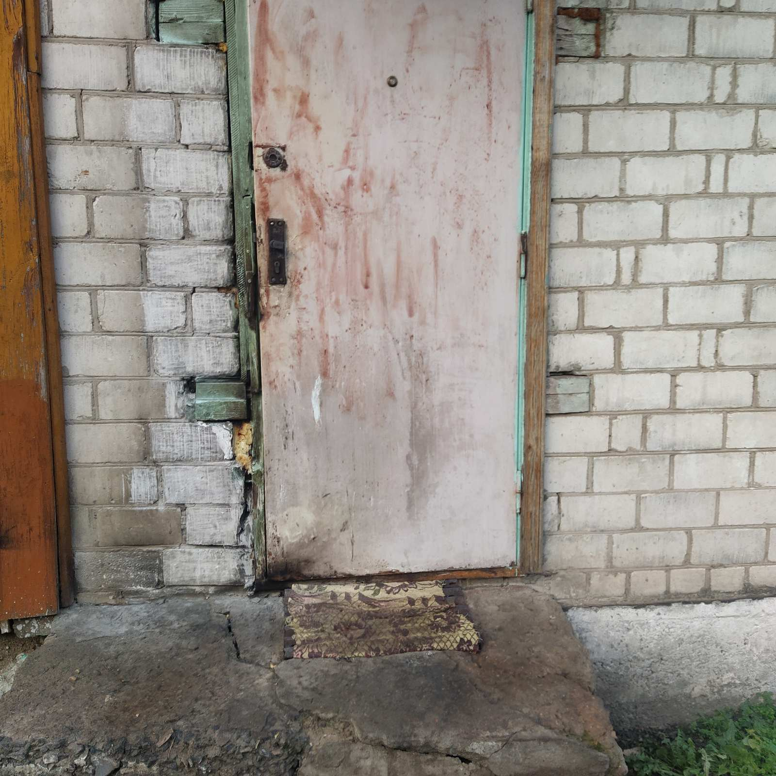 В Лидском районе мужчина поджег дверь дома односельчанки
