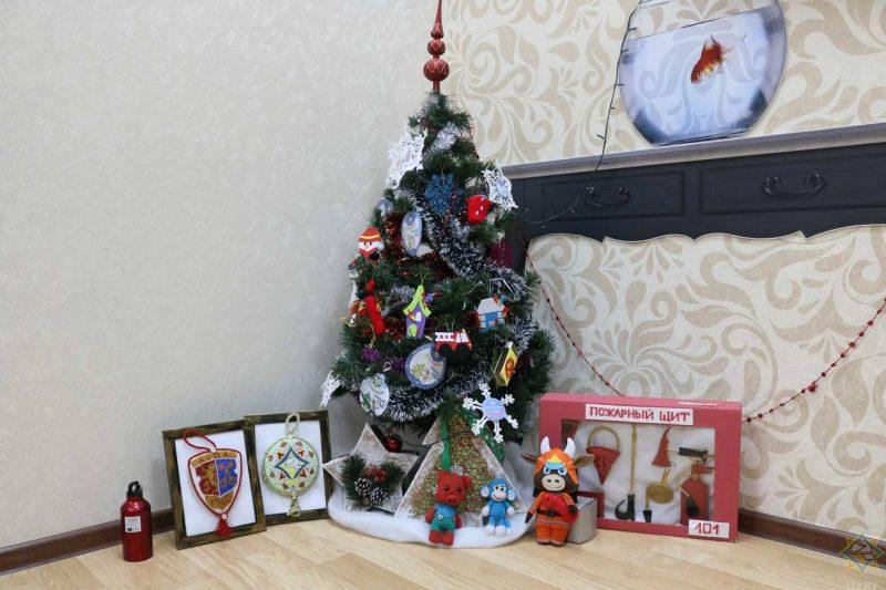 В рамках акции «Безопасный Новый год!» лидские спасатели организовали конкурс «Новогодняя игрушка в стиле МЧС»