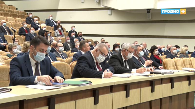 В Гродно председатель облисполкома Владимир Караник вручил заслуженным людям региона правительственные награды