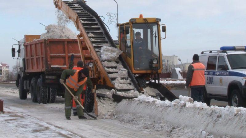 В Лиде работники ДЭП сейчас занимаются уборкой снега с городских улиц и тротуаров