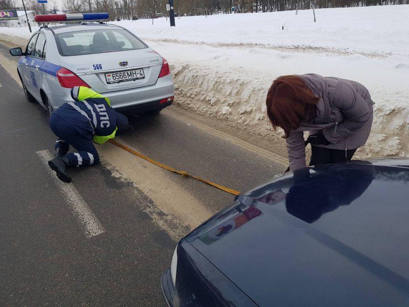 В Лиде сотрудники ГАИ пришли на помощь автоледи