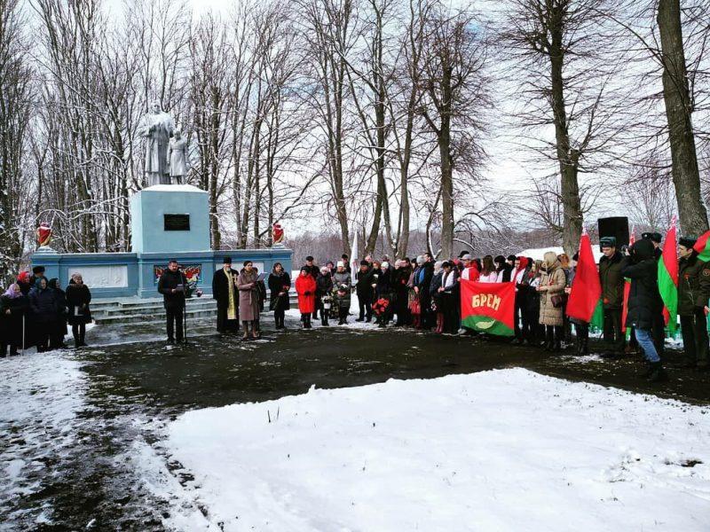 В деревне Лесники у памятника расстрелянным и сожженным 6 августа 1942 года местным жителям прошел митинг.