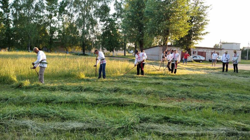Районный конкурс косьбы под названием «Звініць каса – жыве вёска» состоялся в Лидском районе