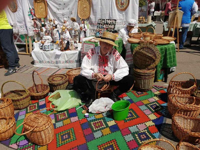 В Минске прошел 12-й республиканский фестиваль-ярмарка народных промыслов «Весенний букет».