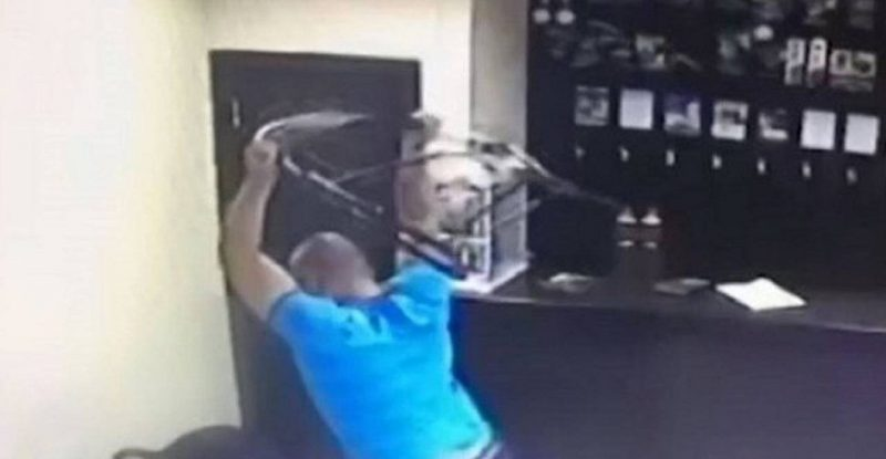 В лидском ресторане мужчина бросил стул в девушку