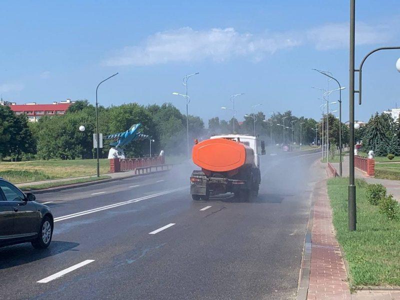 В Лиде поливают дороги, чтобы защитить асфальтное покрытие