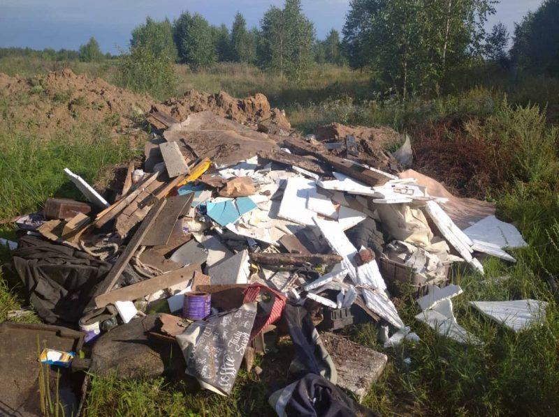 В лидских лесах в фотоловушки попались нарушители, которые вывозили строительный и бытовой мусор в лес.
